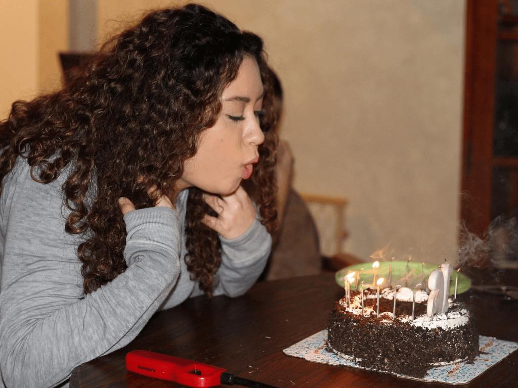 Mengapa Ulang Tahun Harus Tiup Lilin? Ternyata Ini Jawabannya!